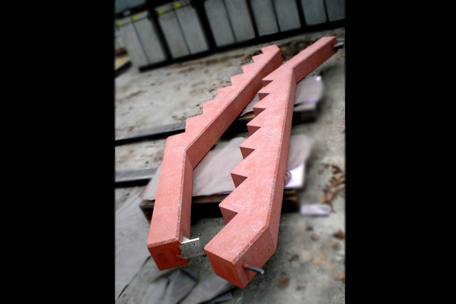 Treppenwangen in rot Oberflächen gestrahlt