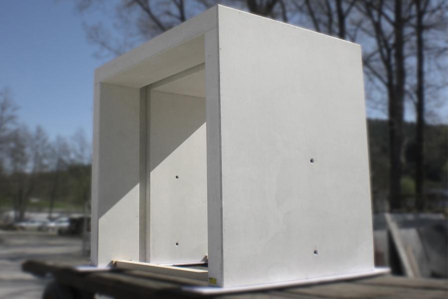 Eingangselement in weißem Beton