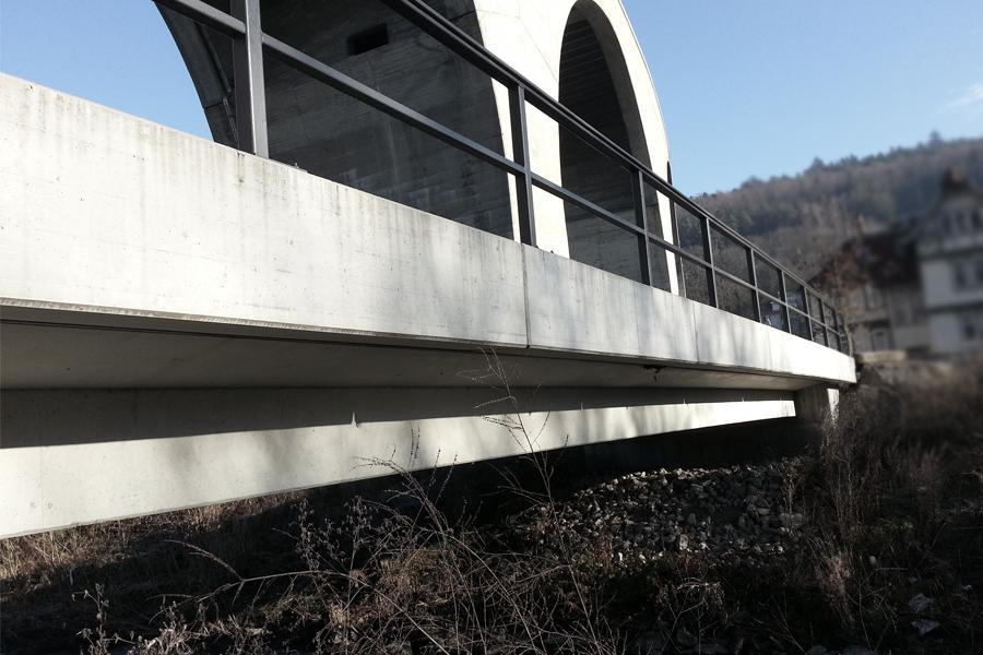 Brückenkappen-Fertigteile mit Holzstruktur