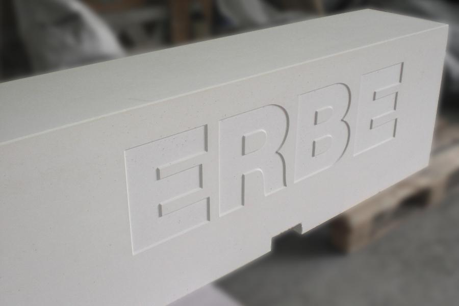 Schriftzug vertieft in weißer Sitzbank