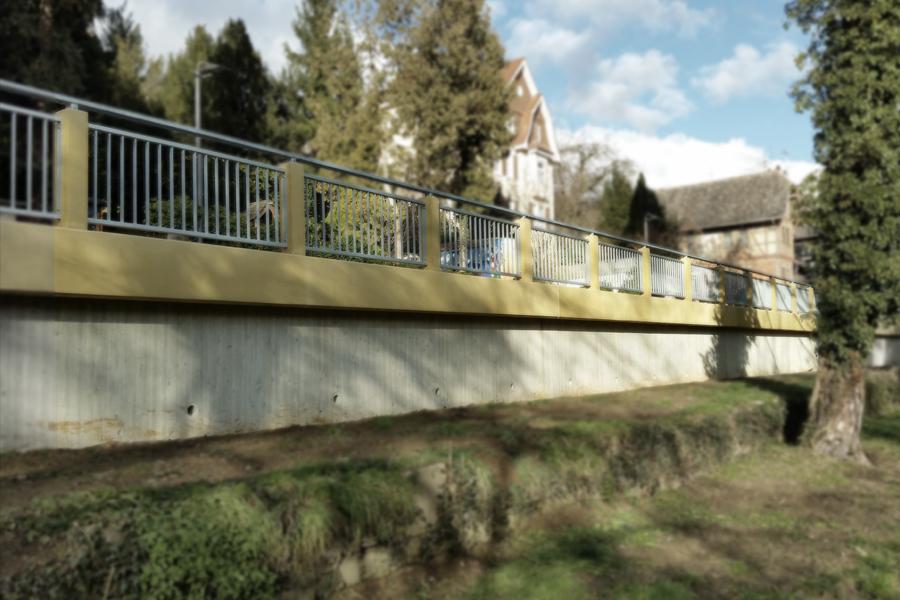 Strassen-Absturzsicherung aus coloriertem Beton