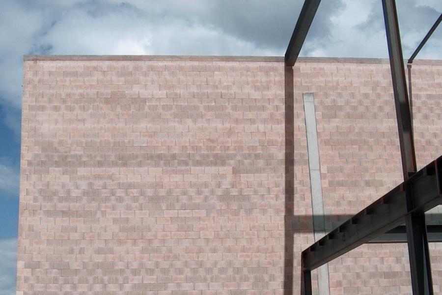 Normalbetonschalungssteinwand als Sichtmauerwerk in Sindelfingen - Verkaufshalle