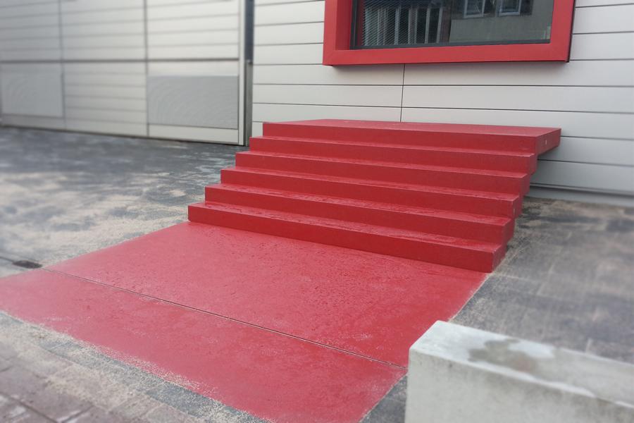 Falttreppe mit angeformtem Podest und vorgelagerten Bodenplatten rot